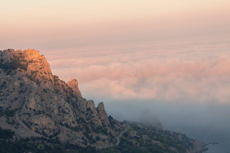 Γάτα βουνών στο ηλιοβασίλεμα και τη βαριά ομίχλη Η πόλη Simeiz Η χερσόνησος της Κριμαίας Μαύρη Θάλασσα στοκ φωτογραφίες
