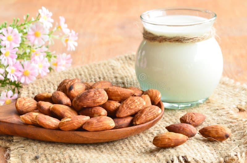 Γάλα αμυγδάλων με τα αμύγδαλα στοκ φωτογραφία με δικαίωμα ελεύθερης χρήσης