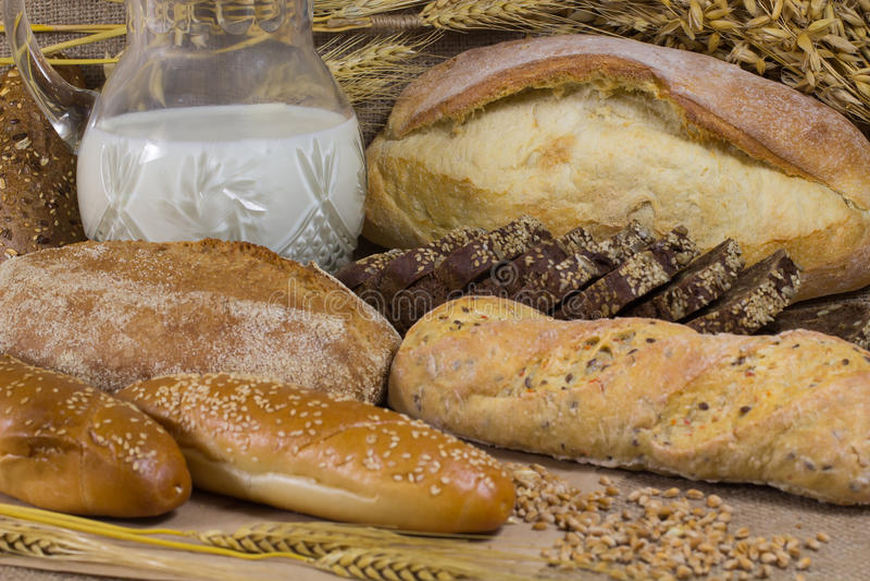 γάλα καραφών διαφορετικοί τύποι ψωμι&omic στοκ φωτογραφίες με δικαίωμα ελεύθερης χρήσης