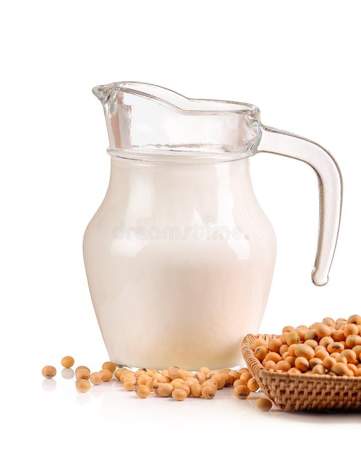Γάλα με τα φασόλια σόγιας στο άσπρο υπόβαθρο στοκ φωτογραφίες με δικαίωμα ελεύθερης χρήσης