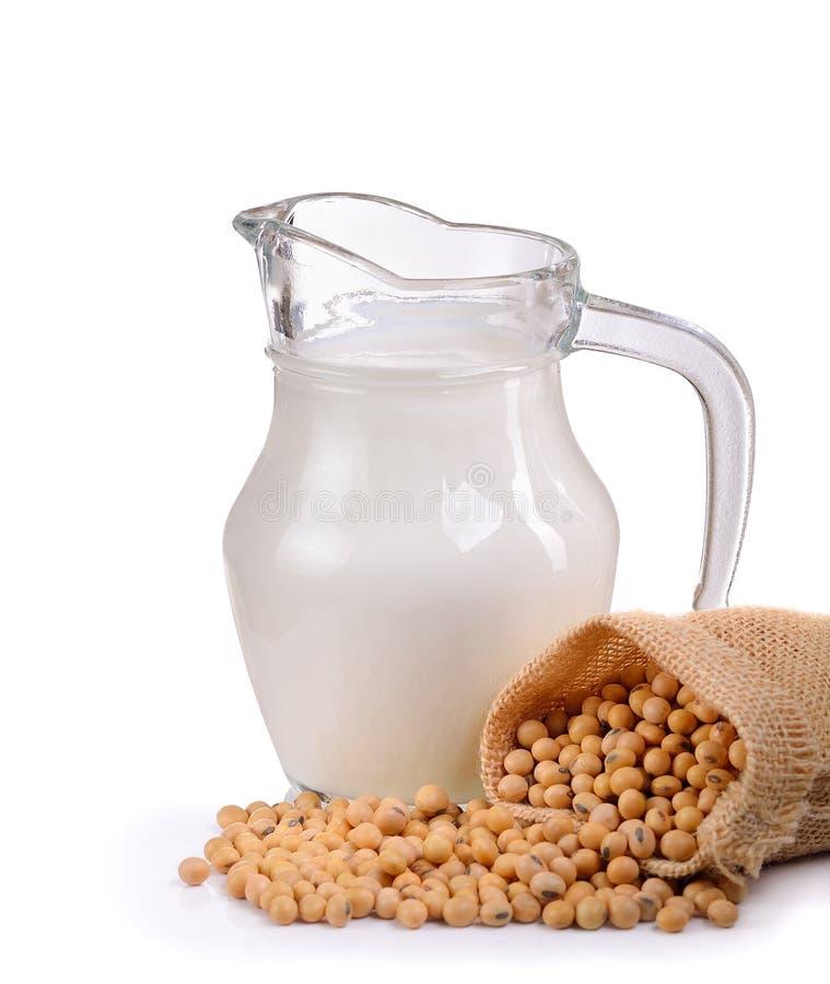 Γάλα με τα φασόλια σόγιας στο λευκό στοκ φωτογραφία