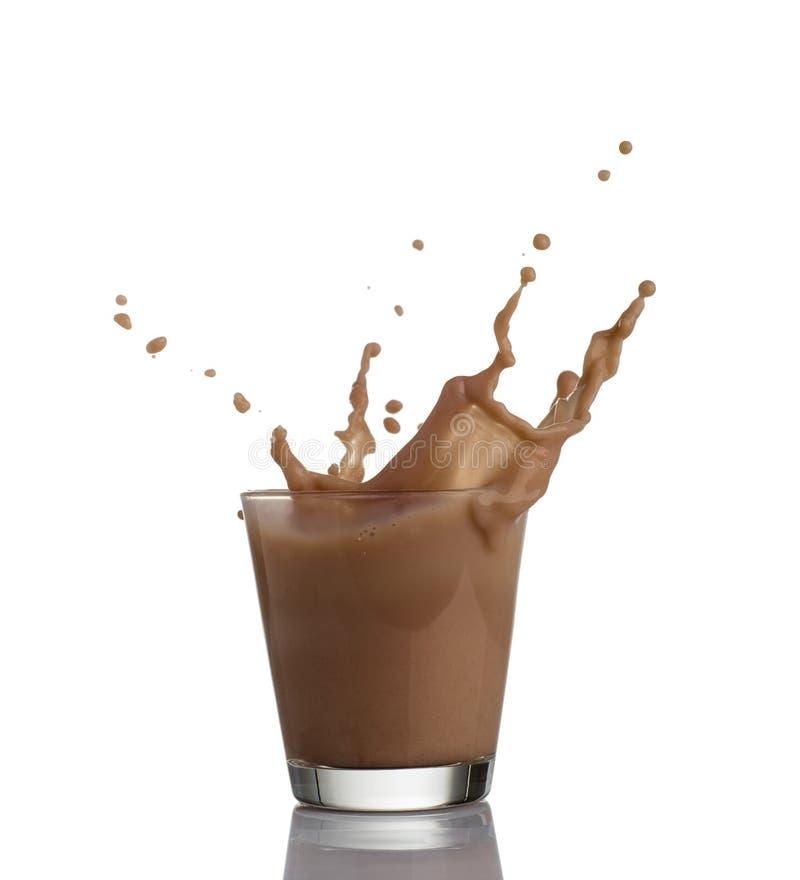 Γάλα σοκολάτας ή πρωτεΐνη milkshake που ρέει σε ένα γυαλί, που κάνει το μεγάλο παφλασμό, που απομονώνεται στο άσπρο υπόβαθρο στοκ εικόνες με δικαίωμα ελεύθερης χρήσης