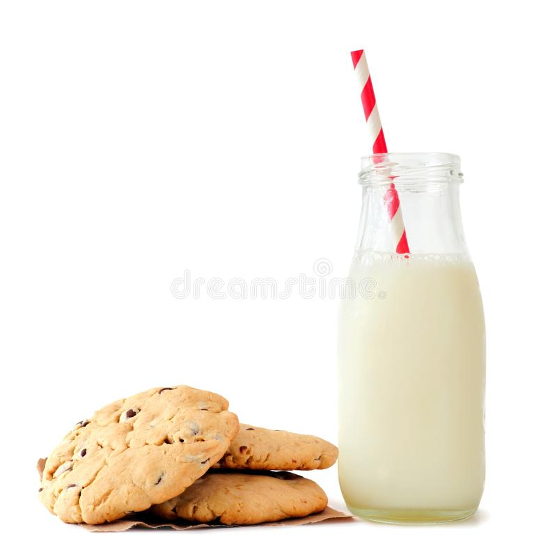 Γάλα στο μπουκάλι με τα μπισκότα τσιπ σοκολάτας που απομονώνονται στο λευκό στοκ φωτογραφία