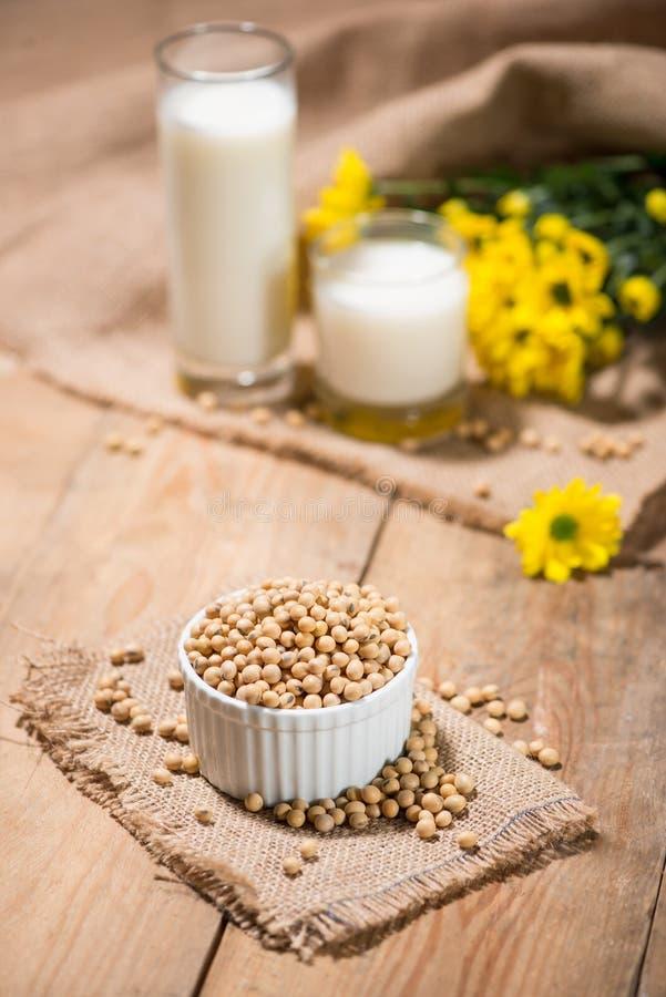 Γάλα σόγιας ή γάλακτος και σόγιας σόγιας φασόλια στον ξύλινο πίνακα στοκ φωτογραφίες με δικαίωμα ελεύθερης χρήσης