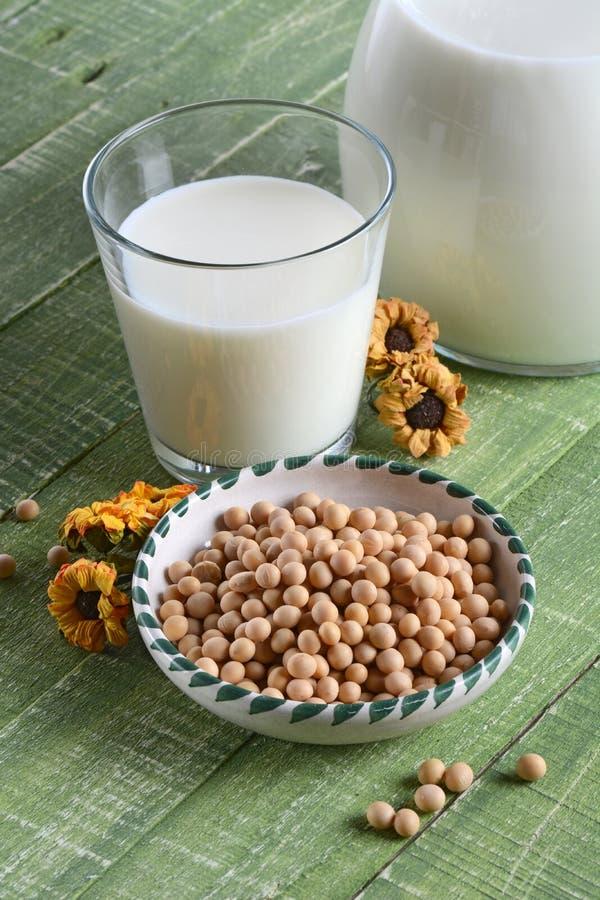 Γάλα σόγιας στο γυαλί στοκ εικόνα