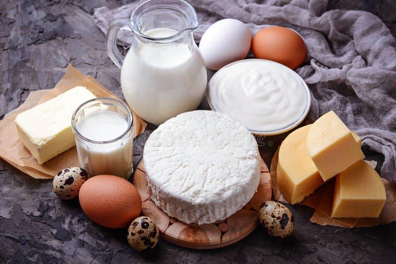 Γάλα, τυρί εξοχικών σπιτιών, ξινή κρέμα, βούτυρο, αυγά στοκ εικόνες