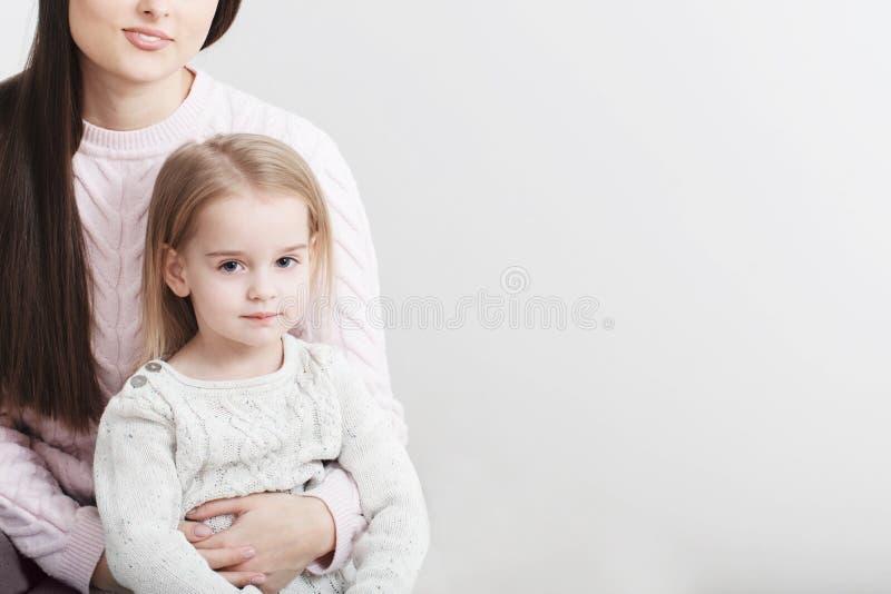 Γέλιο μητέρων και κορών μαζί στο σπίτι στοκ φωτογραφίες με δικαίωμα ελεύθερης χρήσης