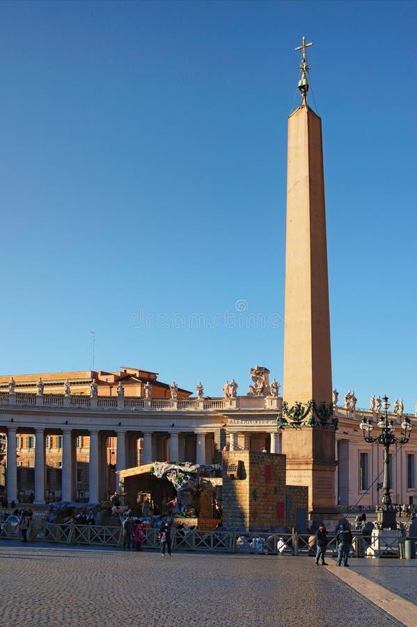 Γέννηση του Ιησού στη φάτνη σε ένα χαρακτηριστικό ιταλικό ` Presepe ` κοντά στον αιγυπτιακό οβελίσκο Vaticano στο τετράγωνο του S στοκ φωτογραφίες
