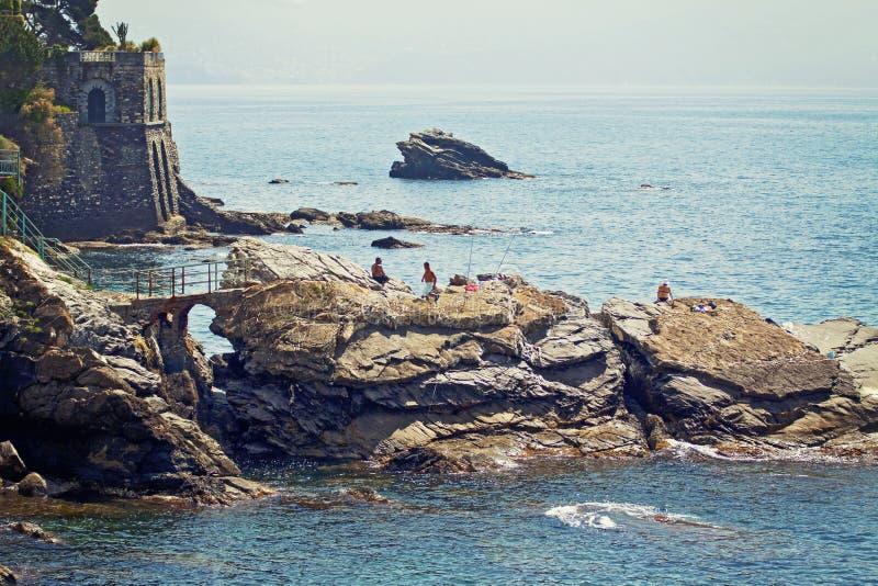 Γένοβα - Nervi - δύσκολη ακτή κατά μήκος του περιπάτου θάλασσας στοκ εικόνες με δικαίωμα ελεύθερης χρήσης