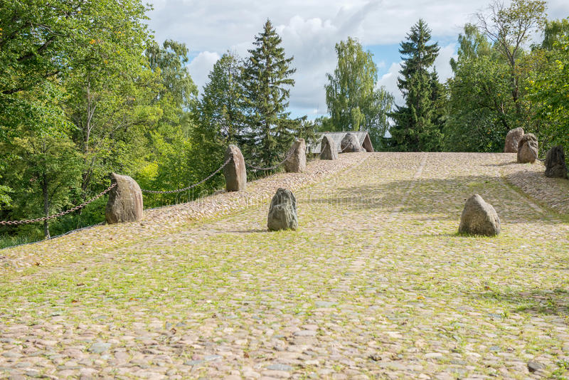Γέφυρα λίθος-αψίδων εκατό-μετρητών με το grotto δύο - κλουβί, κλήση στοκ εικόνα με δικαίωμα ελεύθερης χρήσης