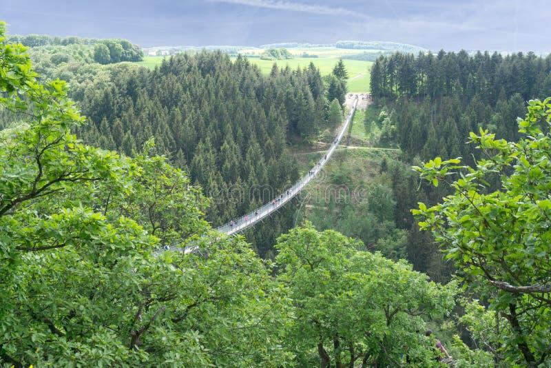 Γέφυρα αναστολής για τους πεζούς σε Hunsrà ¼ CK στη Γερμανία στοκ εικόνα με δικαίωμα ελεύθερης χρήσης