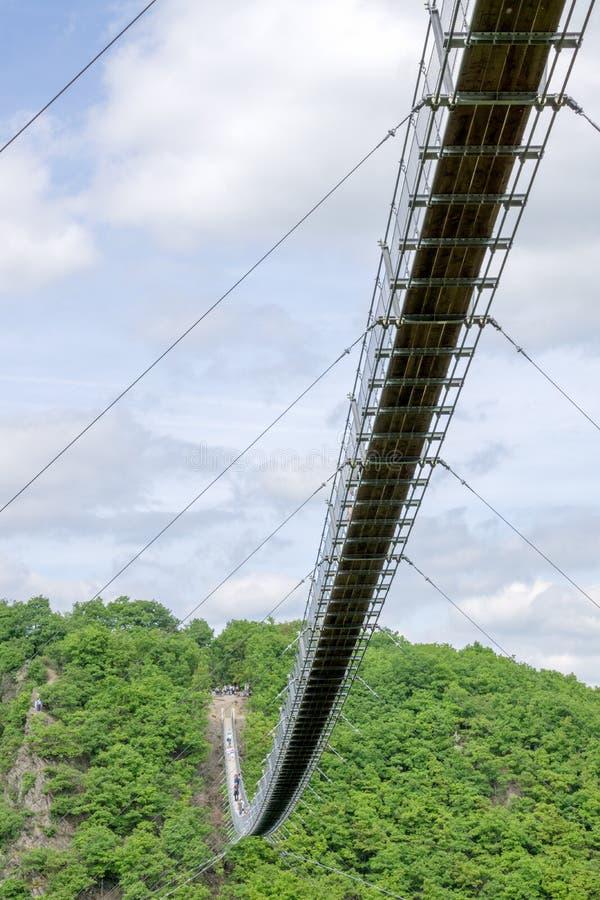 Γέφυρα αναστολής για τους πεζούς σε Hunsrà ¼ CK στη Γερμανία στοκ φωτογραφίες