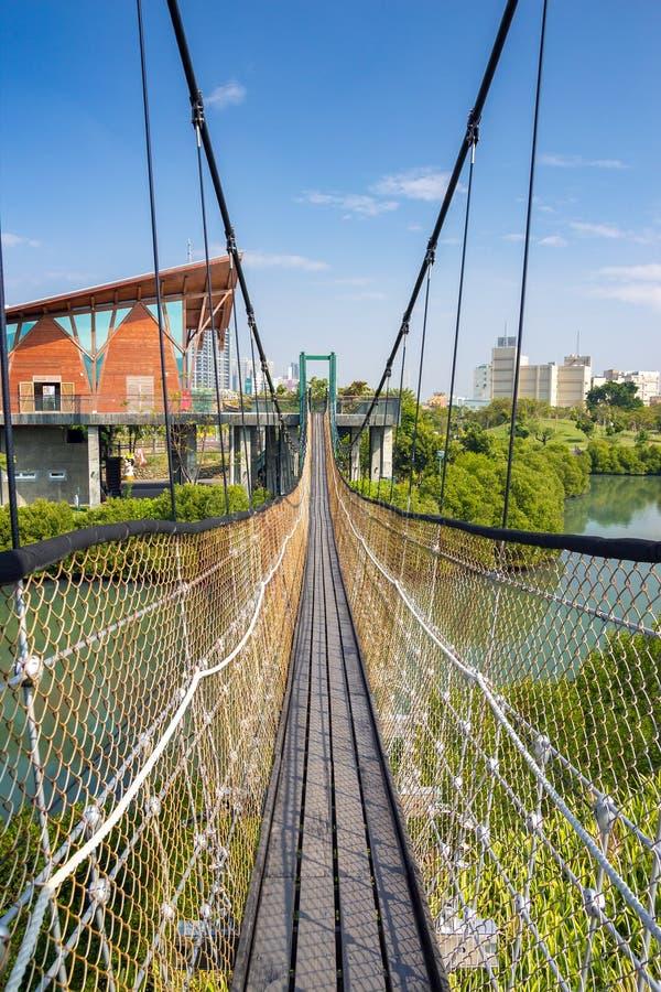 Γέφυρα αναστολής στο πάρκο υγρότοπων Jhongdou στοκ εικόνες
