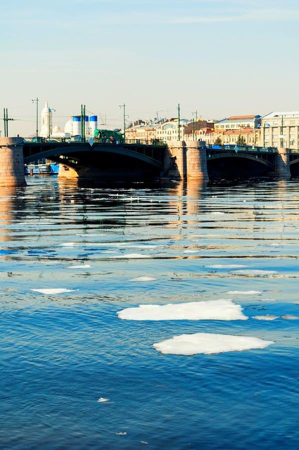 Γέφυρα ανταλλαγής πέρα από τον ποταμό Neva σε Άγιο Πετρούπολη, Ρωσία Τοπίο πόλεων της Αγία Πετρούπολης Ρωσία στοκ φωτογραφίες