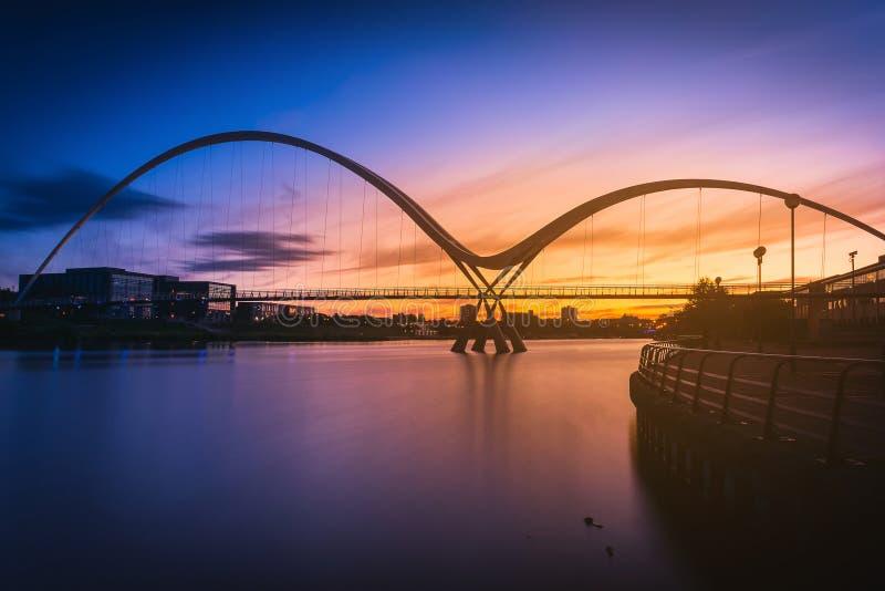 Γέφυρα απείρου στο ηλιοβασίλεμα στα stockton--γράμματα Τ στοκ φωτογραφία