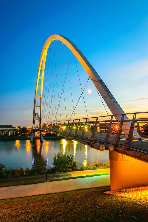 Γέφυρα απείρου τη νύχτα στα stockton--γράμματα Τ στοκ φωτογραφίες
