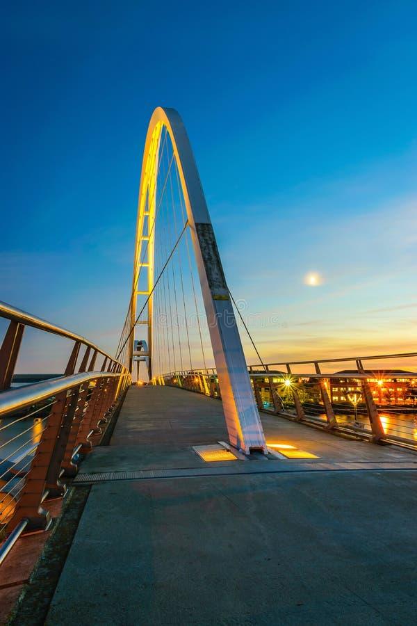 Γέφυρα απείρου τη νύχτα στα stockton--γράμματα Τ στοκ φωτογραφία