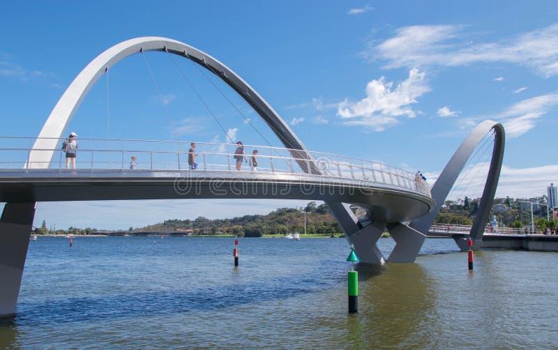 Γέφυρα αποβαθρών της Elizabeth και ποταμός του Κύκνου στοκ εικόνα