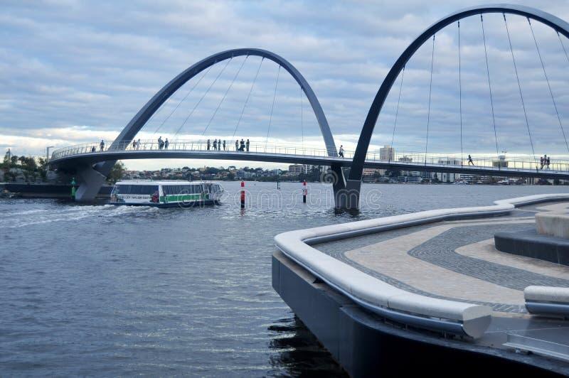 Γέφυρα αποβαθρών της Elizabeth που διασχίζει τον ποταμό κύκνων στο Περθ, Αυστραλία στοκ εικόνα με δικαίωμα ελεύθερης χρήσης
