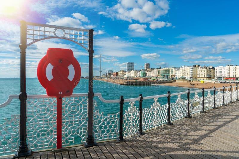 Γέφυρα αποβαθρών του Μπράιτον με τη θάλασσα παραλιών του Μπράιτον, όμορφος μπλε ουρανός στο υπόβαθρο στοκ φωτογραφία με δικαίωμα ελεύθερης χρήσης
