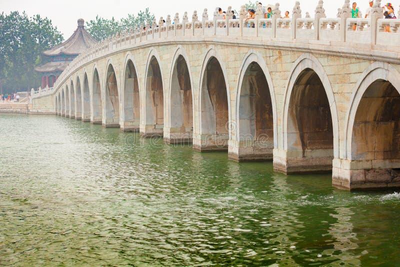 γέφυρα 17 αψίδων πέρα από το θερινό παλάτι Πεκίνο Κίνα λιμνών Kunming στοκ εικόνα