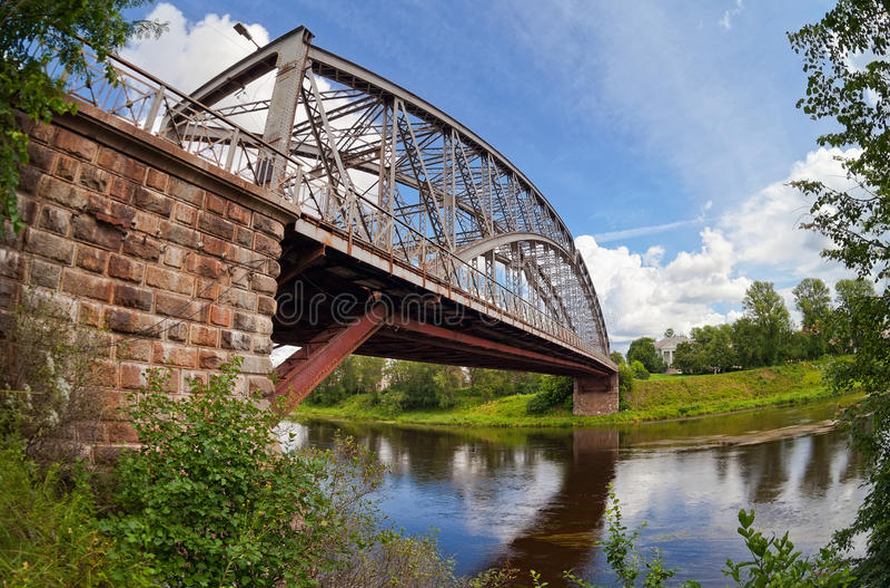 Γέφυρα αψίδων χάλυβα στον ποταμό Msta στοκ φωτογραφία με δικαίωμα ελεύθερης χρήσης