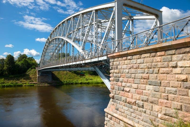 Γέφυρα αψίδων χάλυβα στον ποταμό Msta στοκ εικόνες