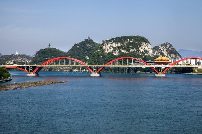 Γέφυρα αψίδων στον ποταμό με το φυσικό τοπίο, Liuzhou, Κίνα στοκ φωτογραφία