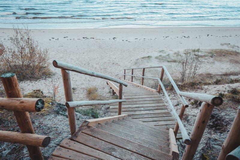 Γέφυρα για πεζούς πέρα από έναν αμμόλοφο στην παραλία στη Λετονία στοκ εικόνα