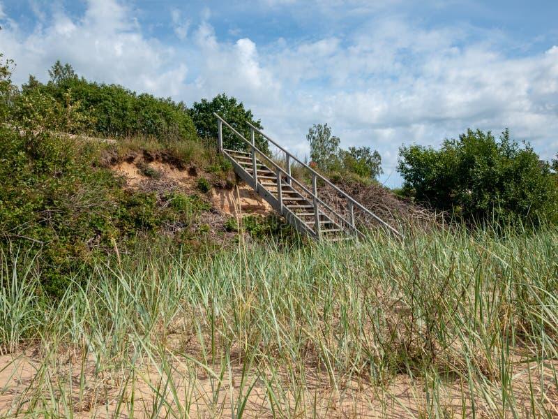 Γέφυρα για πεζούς πέρα από έναν αμμόλοφο στην παραλία στοκ εικόνες