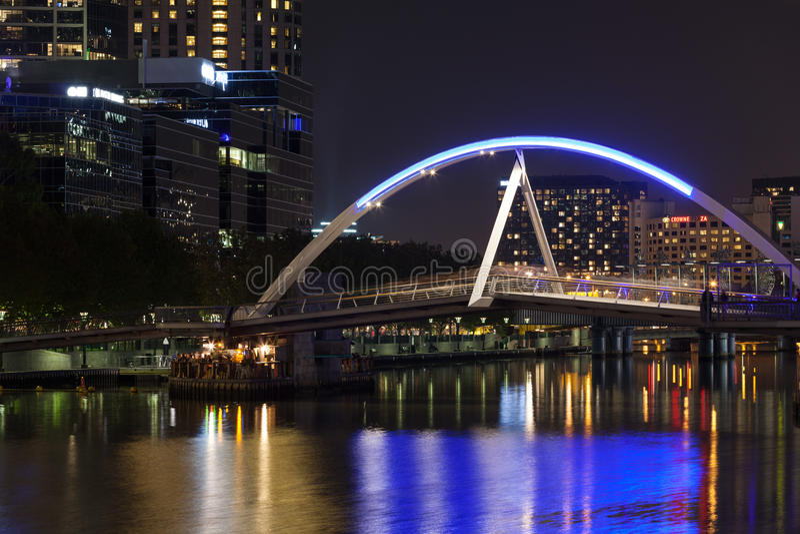 Γέφυρα για πεζούς Southbank τη νύχτα στοκ φωτογραφία