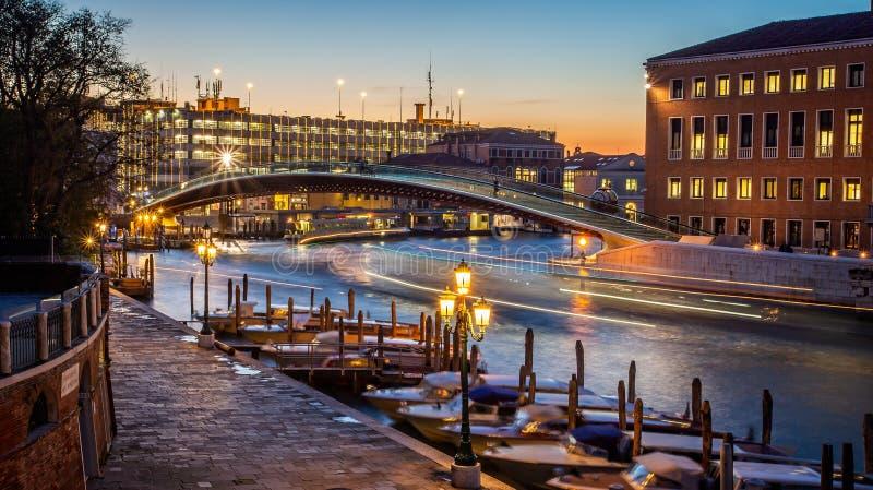 Γέφυρα γυαλιού πέρα από το μεγάλο κανάλι τη νύχτα στη Βενετία, Ιταλία στοκ φωτογραφίες με δικαίωμα ελεύθερης χρήσης