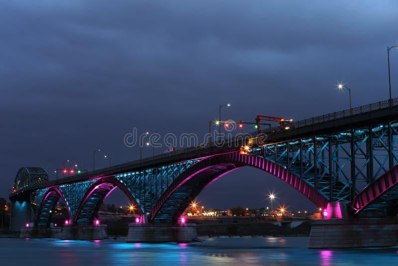 Γέφυρα ειρήνης με τα μπλε και ρόδινα φω'τα στοκ φωτογραφία με δικαίωμα ελεύθερης χρήσης