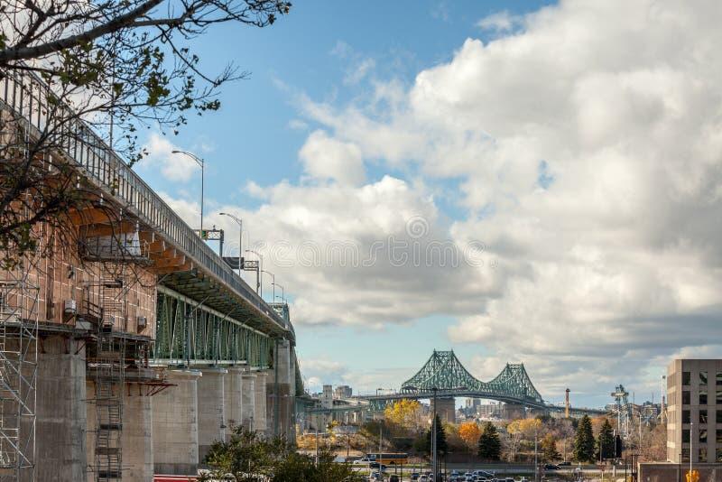 Γέφυρα Ζακ Cartier Pont που λαμβάνεται στην κατεύθυνση του Μόντρεαλ, στο Κεμπέκ, Καναδάς στον ποταμό Αγίου Lawrence στοκ φωτογραφία