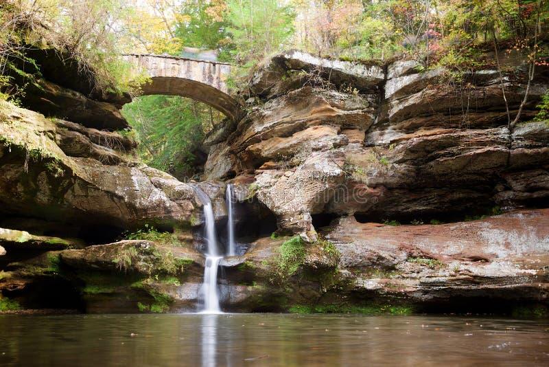 Γέφυρα και καταρράκτης στο κρατικό πάρκο λόφων Hocking, Οχάιο στοκ εικόνες
