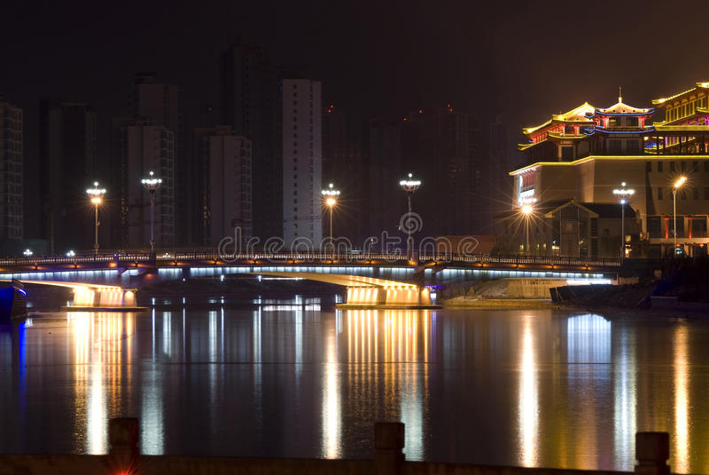 Download Γέφυρα και κτήρια με το νέο Στοκ Εικόνα - εικόνα από nightlife, κίνα: 13182289
