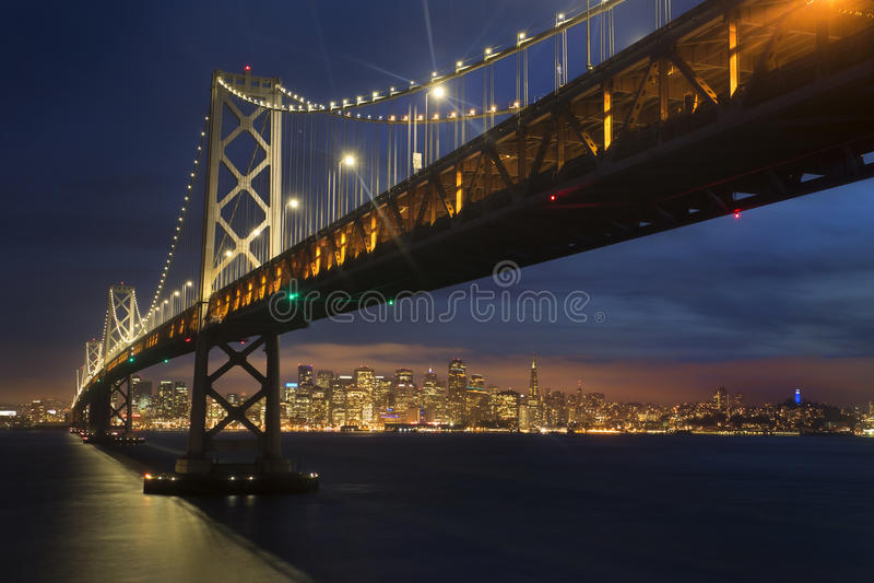 Γέφυρα και ορίζοντας κόλπων του Σαν Φρανσίσκο στο ηλιοβασίλεμα στοκ φωτογραφία με δικαίωμα ελεύθερης χρήσης