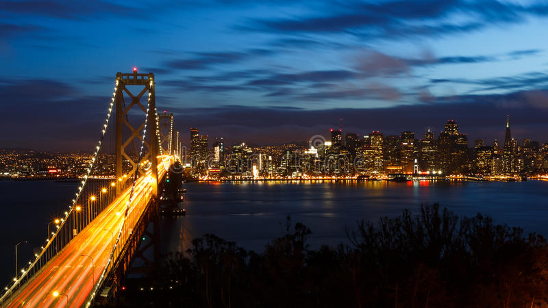 Γέφυρα και ορίζοντας κόλπων του Σαν Φρανσίσκο τη νύχτα στοκ εικόνα