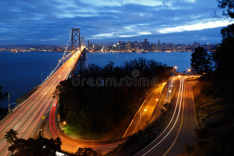 Γέφυρα και ορίζοντας κόλπων του Σαν Φρανσίσκο τη νύχτα στοκ εικόνες