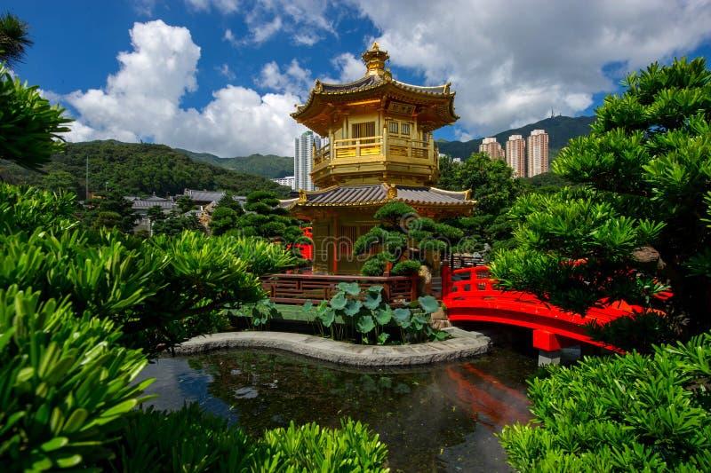 Γέφυρα και περίπτερο αψίδων στον κήπο της Lian γιαγιάδων, Χονγκ Κονγκ. στοκ φωτογραφία με δικαίωμα ελεύθερης χρήσης
