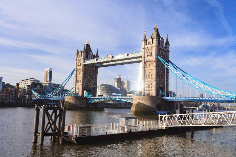 Γέφυρα και ποταμός Τάμεσης ηλιόλουστη ημέρα, Λονδίνο Ηνωμένο Βασίλειο πύργων στοκ φωτογραφίες με δικαίωμα ελεύθερης χρήσης