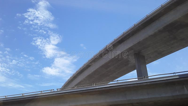 Γέφυρα και σύννεφα με τους μπλε ουρανούς σε Καλιφόρνια από το τραίνο 2 στοκ εικόνες