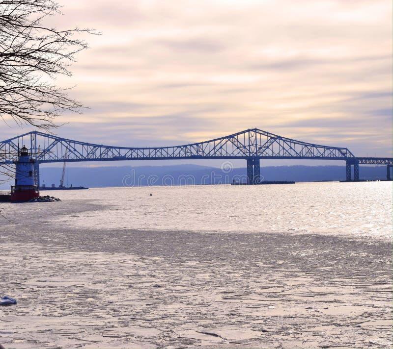 Γέφυρα και φάρος στοκ φωτογραφίες