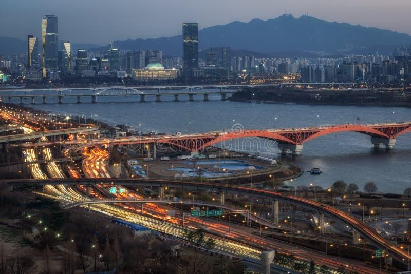 Γέφυρα και Yeouido Seongsan στο ηλιοβασίλεμα στοκ φωτογραφία