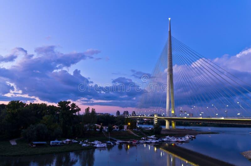 Γέφυρα καλωδίων στο λυκόφως πέρα από τον ποταμό Sava κοντά στο νησί της Ada στοκ εικόνες
