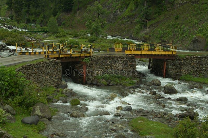 Γέφυρα κοντά στην κοιλάδα Aru σε Pahalgam στοκ εικόνα