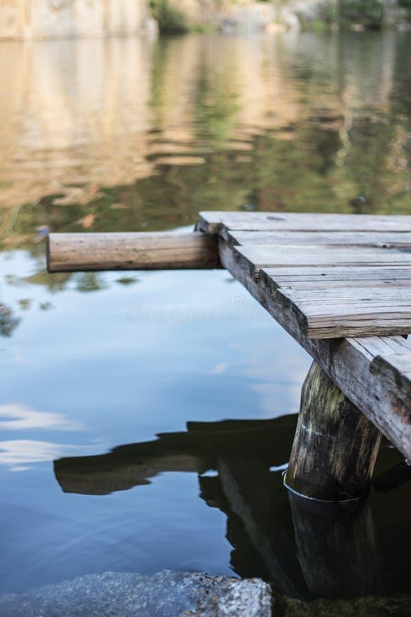 Γέφυρα κοντά στο καθαρό νερό στοκ εικόνες