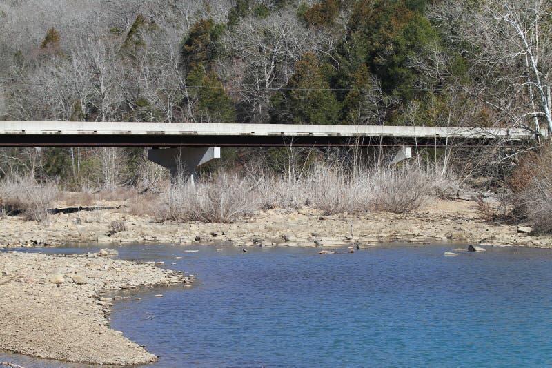 Γέφυρα κρατικών πάρκων κρησφύγετων διαβόλων ` s, μπλε ρεύμα νερού στοκ φωτογραφίες με δικαίωμα ελεύθερης χρήσης