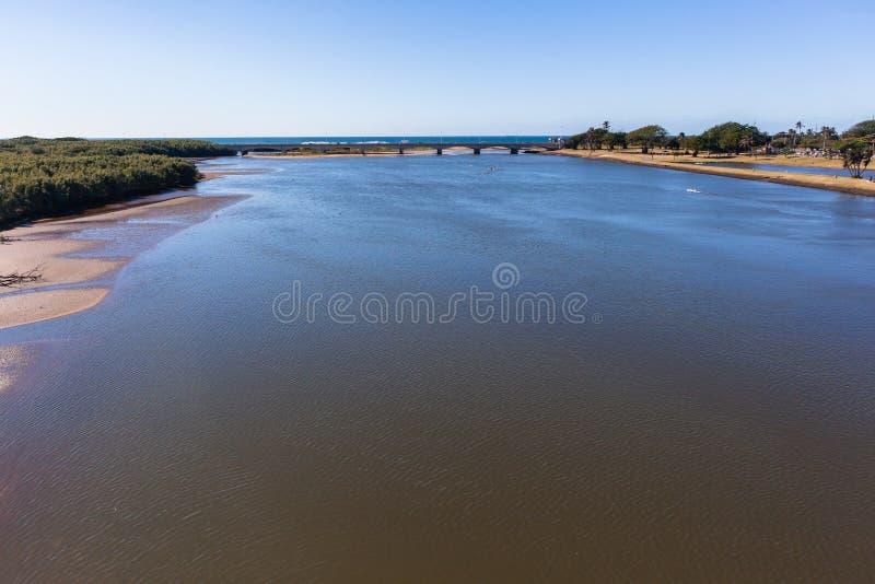 Γέφυρα λιμνοθαλασσών ποταμών που αγνοεί το τοπίο στοκ εικόνα
