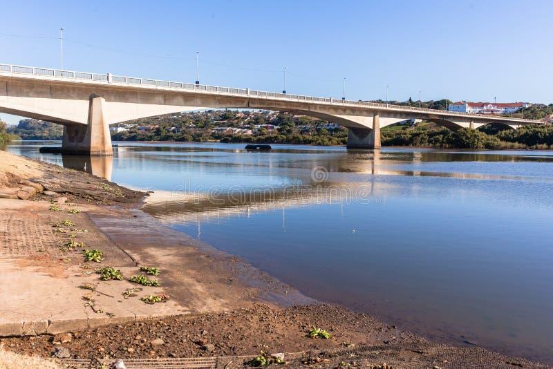 Γέφυρα λιμνοθαλασσών ποταμών που διασχίζει το τοπίο στοκ εικόνες